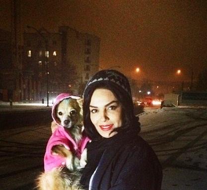 عکس سارا خوئینی ها و سگش در روز برفی!