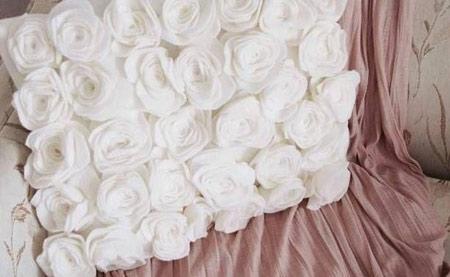 تزیین کوسن با گل های رز نمدی