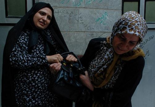دردسر های یک بازیگر زن تلویزیون در بازار تهران عکس