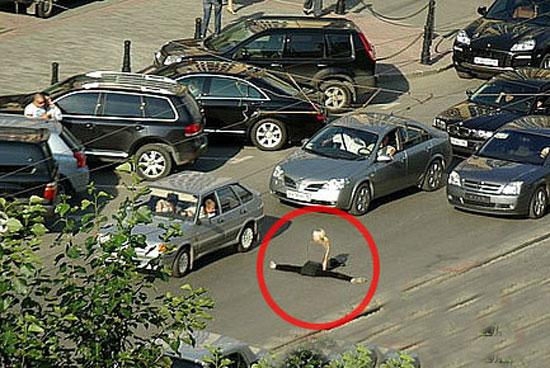 عکس های دیدنی : حرکت عجیب وغیرمنطقی یک زن در وسط خیابان
